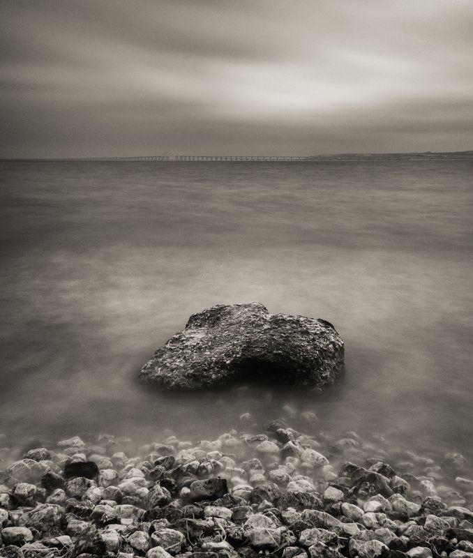 черно-белое, длинная выдержка, весна, пляж, керченский пролив, черное море, камни, крымский мост, керчь, крым, россия, анатолий щербак Метафизическая безмятежность Посейдона.photo preview