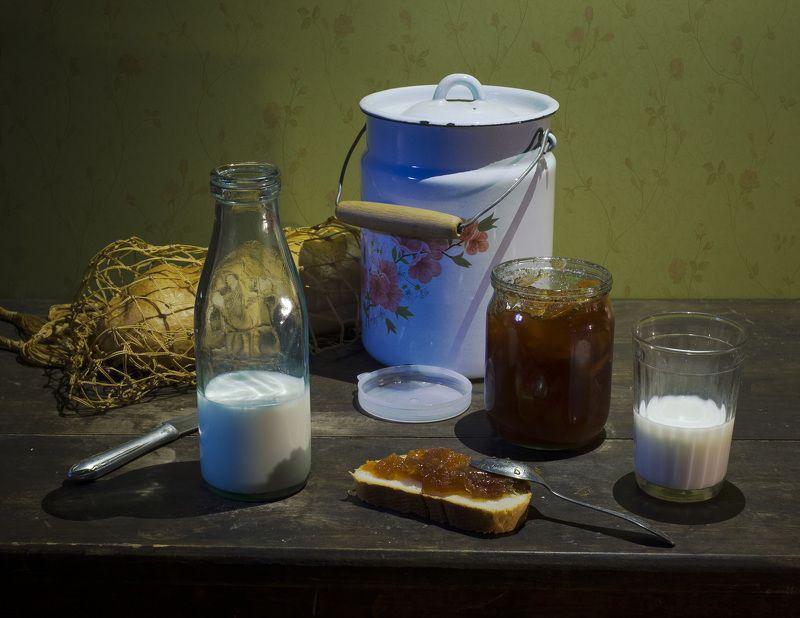 натюрморт, батон, авоська, бутылка молочная, стакан, варенье. Нарезной батон.photo preview