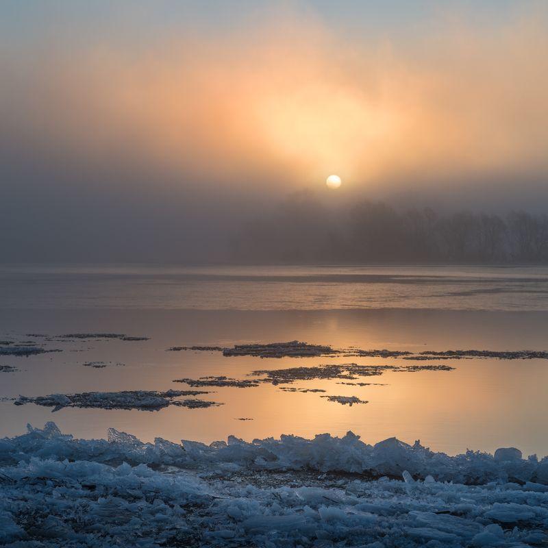 новгородская область, Волхов в апрелеphoto preview