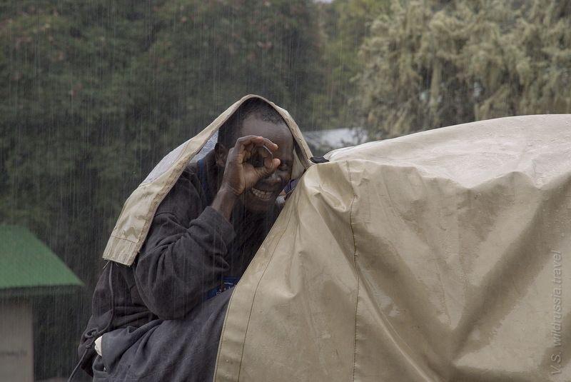 килиманджаро, дождь, ливень, негр, африка, спорт, экстрим, горы, танзания, путешествие, приключение, шагнивнеизведанное Весёлый дождик в Мириакамбеphoto preview