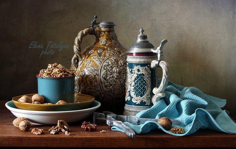 кувшин, орехи С грецкими орехами фото превью
