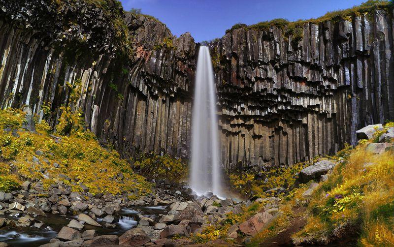 Черный водопад солнечным днемphoto preview
