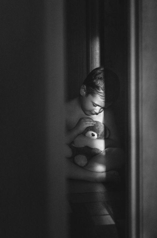 ребёнок,игра,детская любовь,мягкая игрушка,луч света,подсмотренное,комната,чёрно-белый Подсмотренный кадрphoto preview