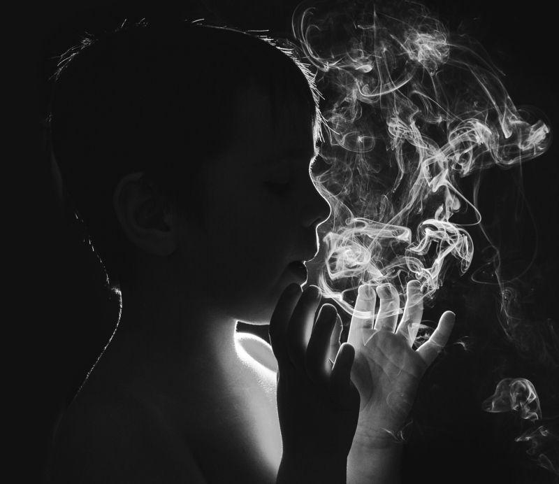 ребёнок,дым,игра,чёрно-белое,силуэт,контур Охотник за дымомphoto preview