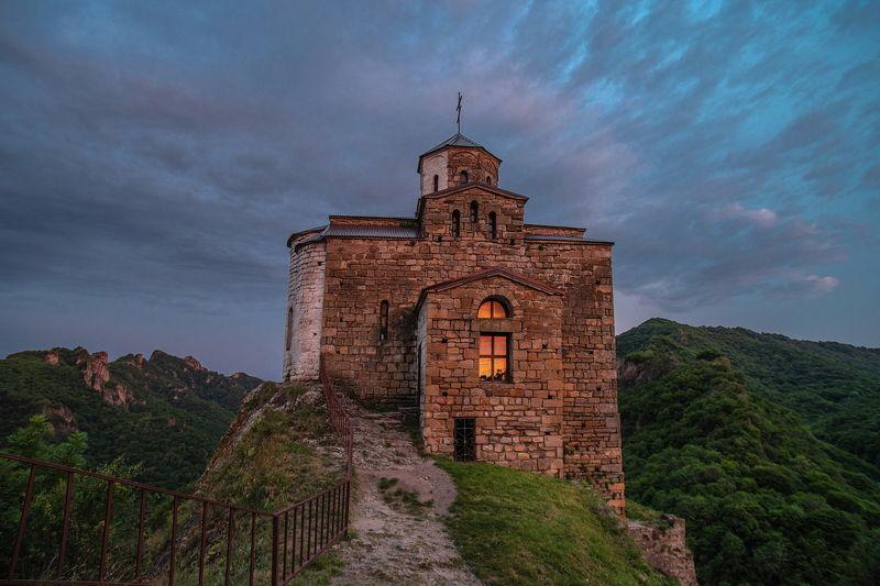 дорога, горы, небо, храм, шоана, монастырь, вечер, закат ЗАКАТ В ОКНЕphoto preview
