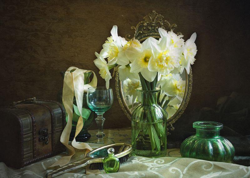 нарциссы, весна, натюрморт, ваза, зелёное стекло, сундук С горделивыми нарциссамиphoto preview