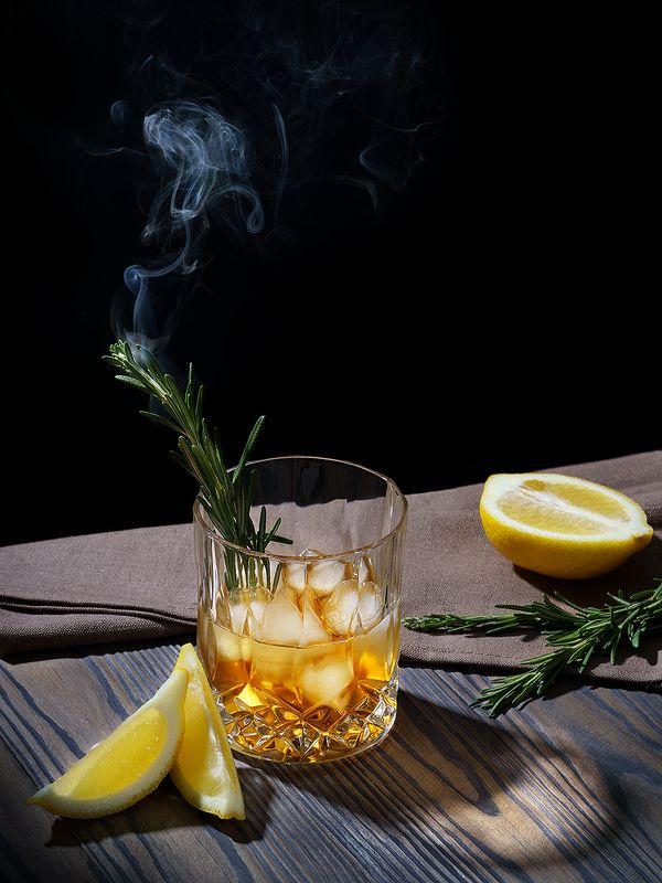 виски, коктейль, напитки, дым, розмарин, лимон, натюрморт, фудфото, предметка Smoky Rosemaryphoto preview