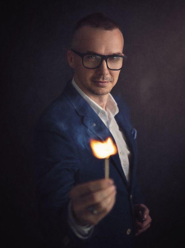 мужчина, портрет, огонь, тени, свет, блик, взгляд Вспышкаphoto preview