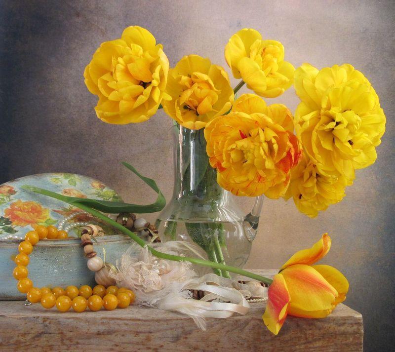 цветы. букет, тюльпаны, бусы, бижутерия, шкатулка, кувшин, желтый цвет Любимые тюльпаныphoto preview