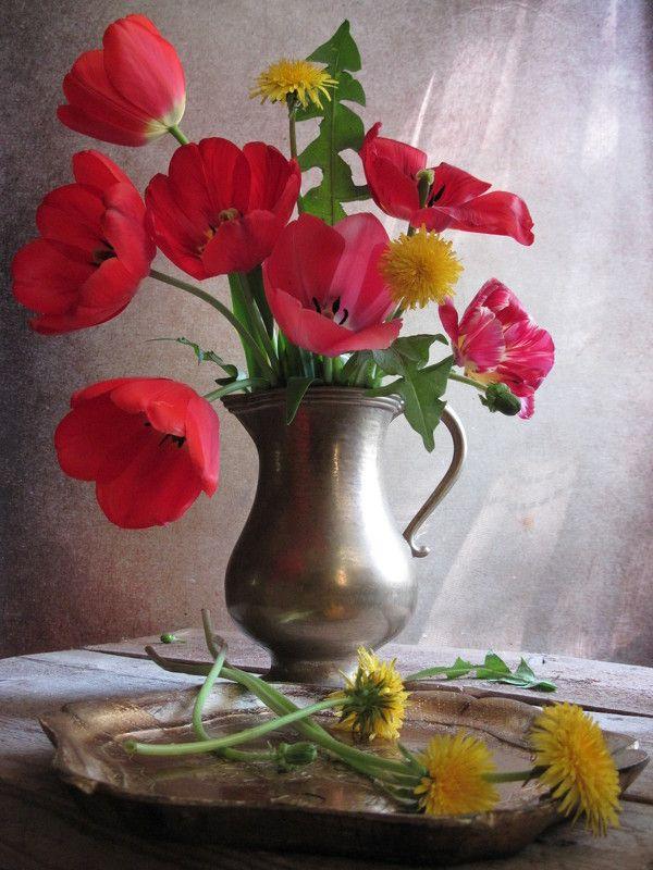 цветы, букет, тюльпаны, одуванчики, кувшин, латунь, винтаж С красными тюльпанами и одуванчикамиphoto preview