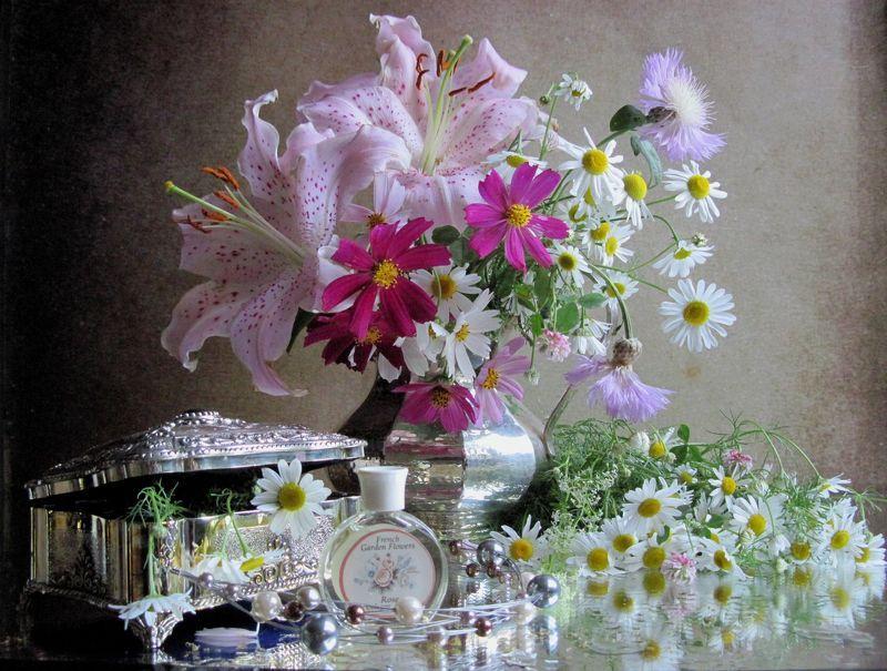 цветы. букет, лилии, космея, васильки, ромашки, бусы, бижутерия, духи, кувшин, шкатулка, винтаж Королева со свитойphoto preview