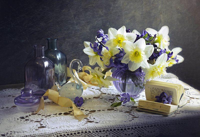 натюрморт, весна, нарциссы, бутылочки, цветное стекло Гармония весныphoto preview