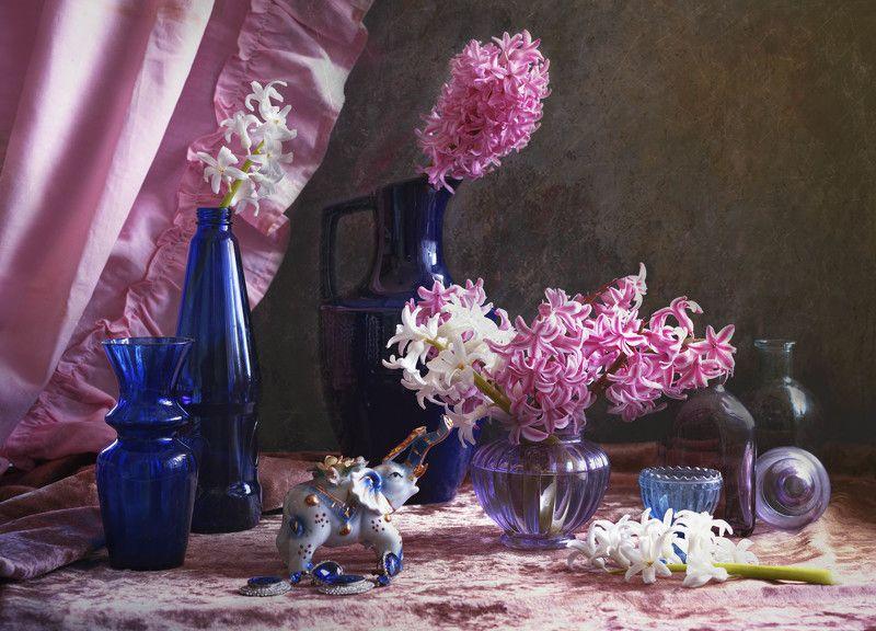 натюрморт, весна, гиацинт, бутылочки, цветное стекло, синий цвет, розовый цвет **********photo preview