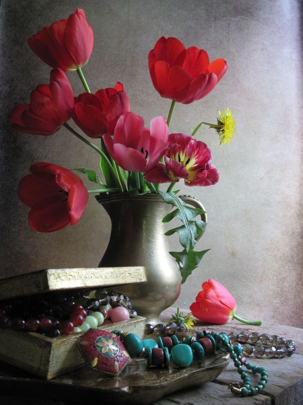 Цветы, букет, тюльпаны, одуванчики, бусы, цветные камни, шкатулка, кувшин, винтаж Камешки Али-Бабыphoto preview