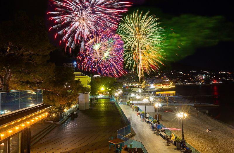 крым, ялта, день победы, 9 мая, черное море, ялтинский залив, ялтинский маяк, пейзажи крыма, фейерверк Фейерверк в Ялтеphoto preview