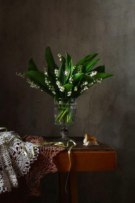 натюрморт, цветы, ландыши, пекинес, фарфоровая статуэтка Майские ландыши и фарфоровый пекинесphoto preview