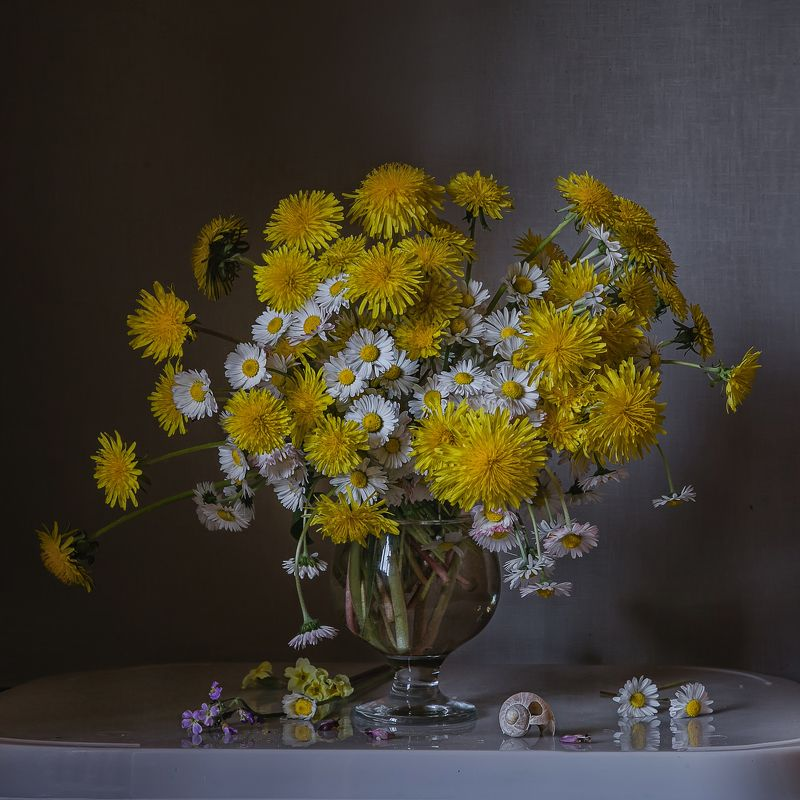 натюрморт, стекло, бокал, цветы, одуванчики, маргаритки Одуванчики и маргариткиphoto preview