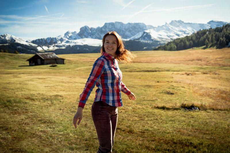 осень; девушка; природа; горы; долина; путешествия; туризм; домик; Обернись вокруг - природа очаровывающая!photo preview