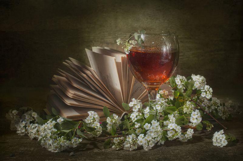 бокал, сладкое вино,цветение,весна,книга,чтение,отдых,цветы,тепло,текстура Тепло уединенияphoto preview