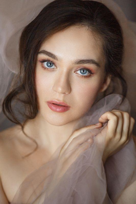 девушка , длинные волосы, серые глаза, юность, дневной свет, нежный портрет Машаphoto preview