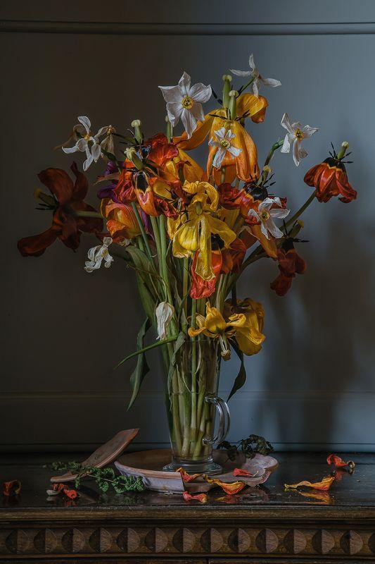 натюрморт, стекло, цветы, тюльпаны, нарциссы Увядший весенний букетphoto preview