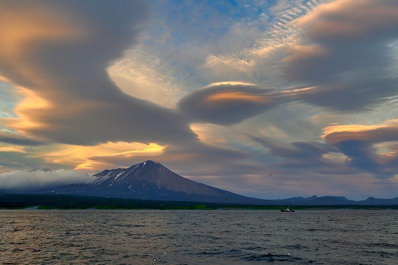 берег, вулкан, камчатка, облака, сентябрь, судно, рс lenticular cloudsphoto preview