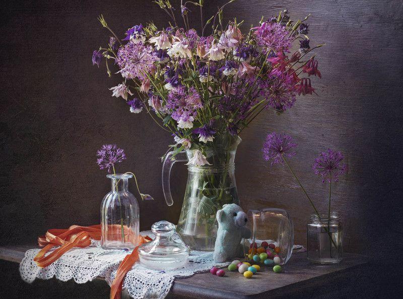 букет цветов, игрушка, кувшин, стекло, конфеты, аквилегия Наступает цветное лето фото превью