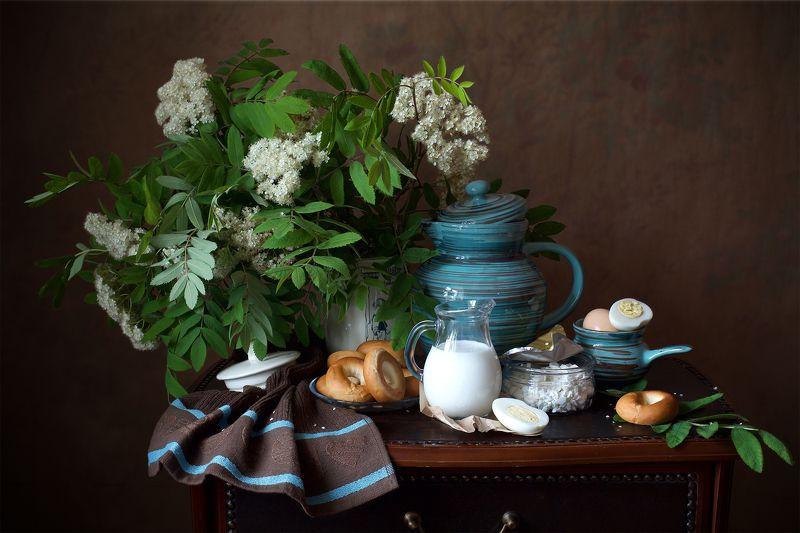 миламиронова, фотонатюрморт, весна, рябина, цветы, букет, молоко, каравайки, яйцо, творог, кувшин, перекус С каравайками...photo preview