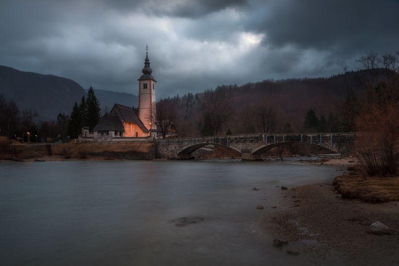 церковь, мост, озеро, Бохинь, Словения, облака, вода Хмурое утроphoto preview