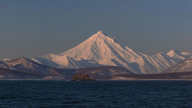 вулкан, утро, берингово море, берег, зима Вилючинский вулкан на рассветеphoto preview