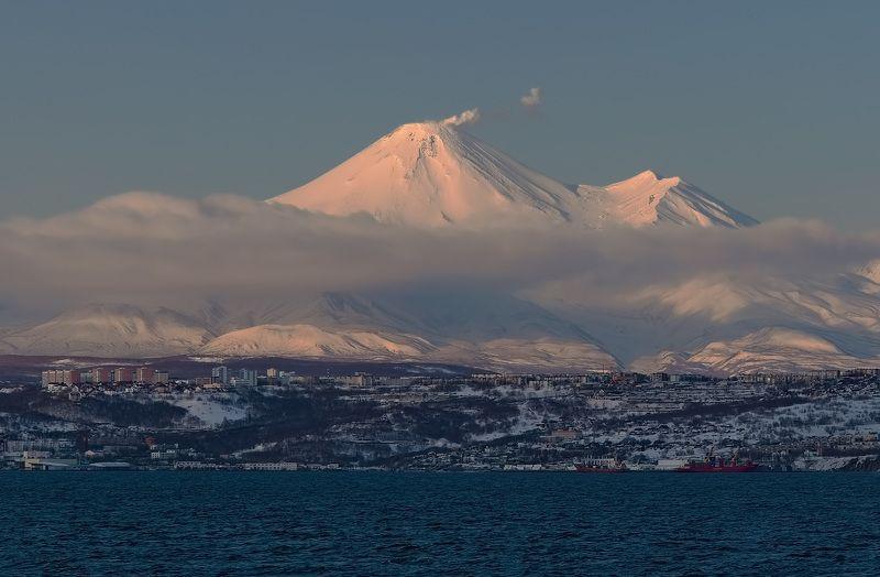 вечер, вулкан, город, зима, камчатка, облака, рейд выше облаковphoto preview