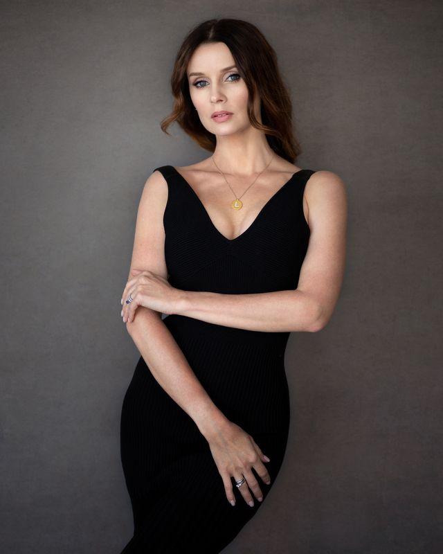 Девушка портрет модель черное платье красотка Ларисаphoto preview