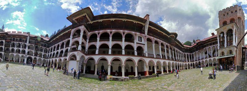 Рильский монастырь - Характерная белоснежная колоннадаphoto preview