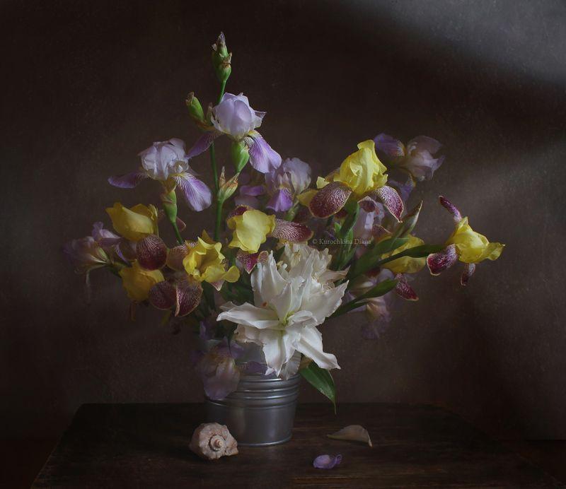 натюрморт, цветы, букет, ирисы, белая лилия Сезон ирисовphoto preview