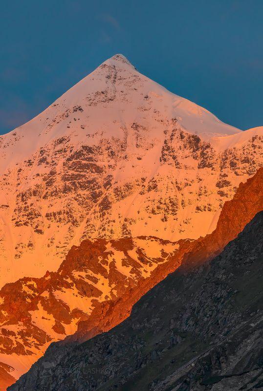 северный кавказ, горы, гора, вершина, путешествие, туризм, хребет, безенгийская стена, кабардино-балкарский высокогорный заповедник, рассвет, лето, безенгий, эко тропа, розовый, рассветное, Безенгийская стенаphoto preview