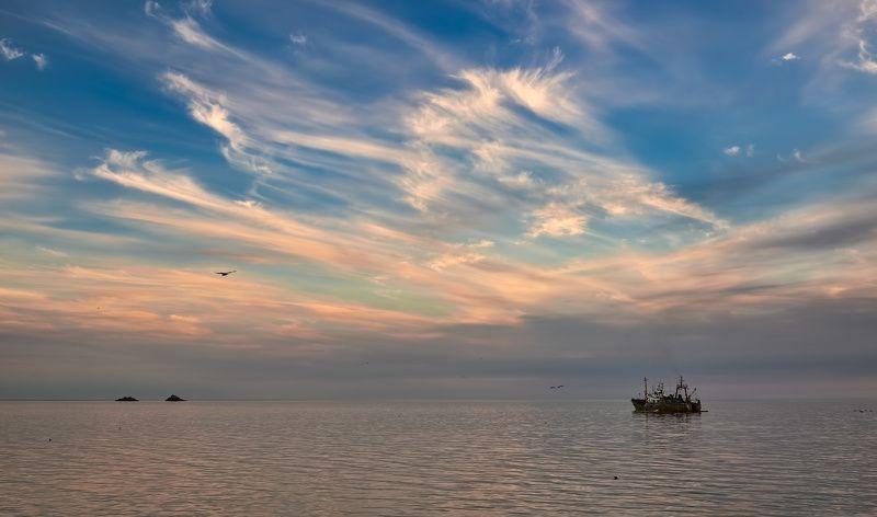 лето, охотское море, скалы, судно, сртм рабочие будниphoto preview