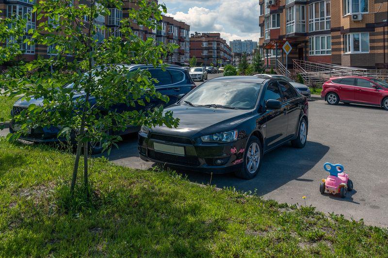 Парковка возле дома своего фото превью