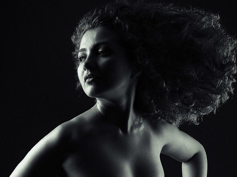 чернобелый женский портрет ...photo preview