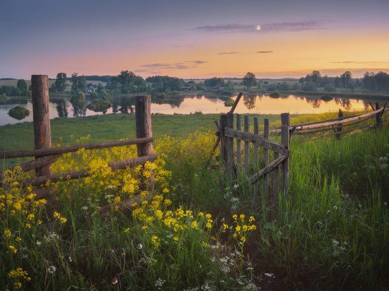 сумерки, луна, изгородь, вятка Теплый июньский вечерphoto preview