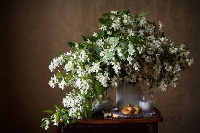 миламиронова, фотонатюрморт, букет, цветы, чубушник, кувшин, молоко, каравайки С молоком...photo preview