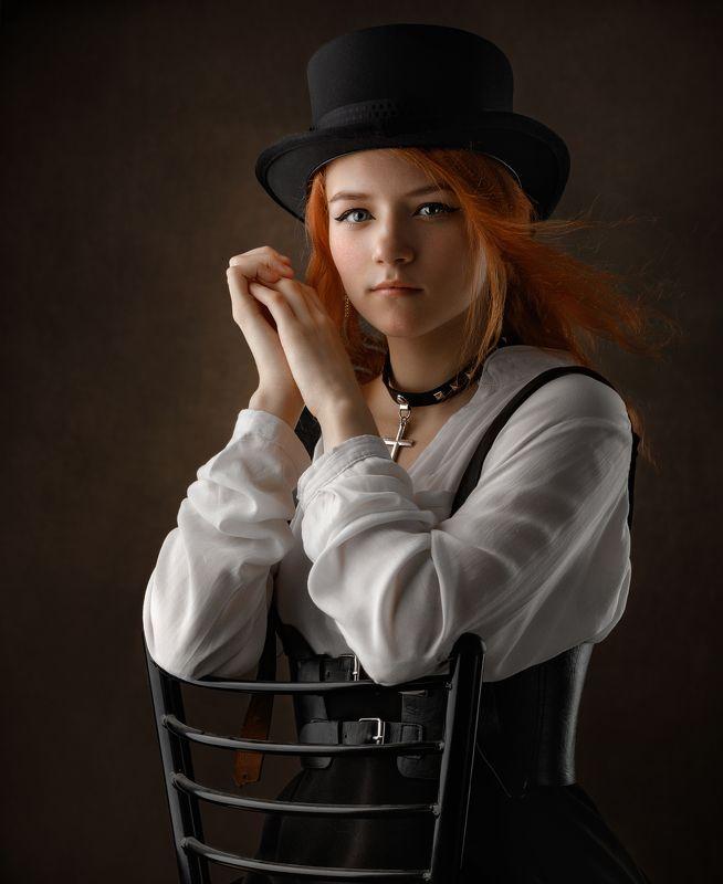 Девушка, шляпа, симпатик, крест, взгляд в камеру Pretty girlphoto preview