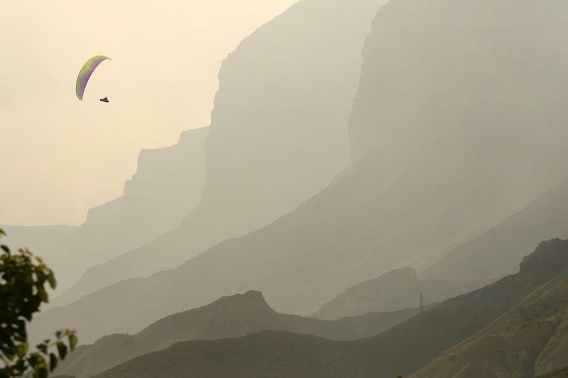парапланеристы,природа,горы,дагестан,кавказ,северный кавказ Парапланерист в горах..photo preview