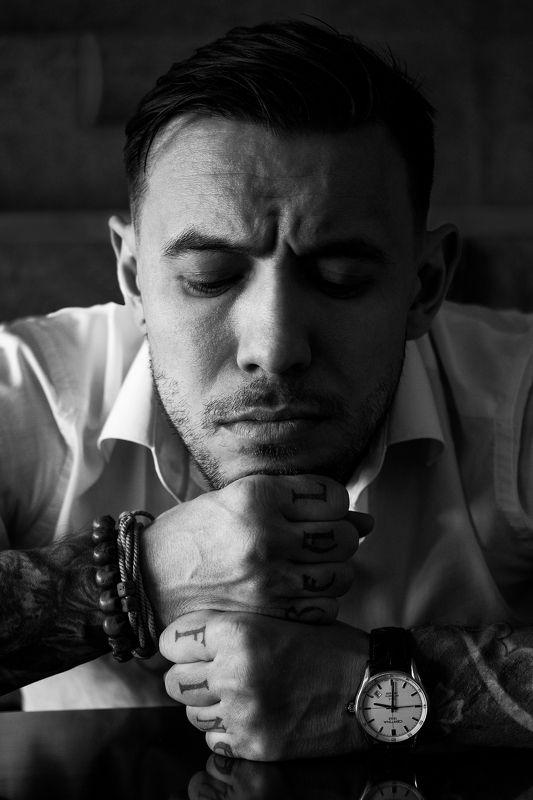 портрет мужчина черно-белое крупно тату Мысли и времяphoto preview