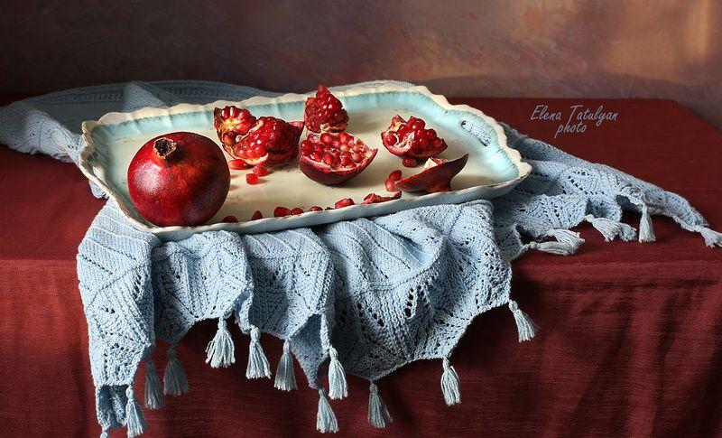 гранат, фрукты Поднос с гранатами фото превью