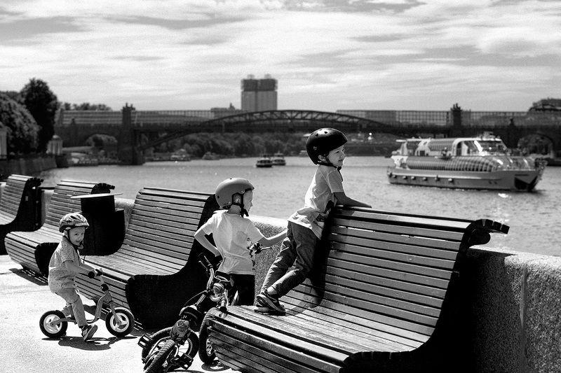 чб фото, дети, уличная фотография, лето и велосипеды Летние картинки. Дети и корабликиphoto preview