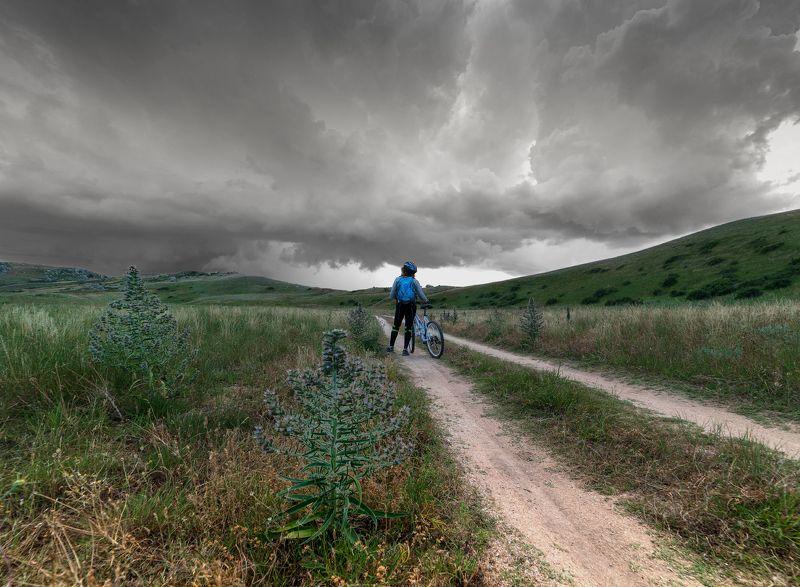 дорога .велосипедист ,велосипед ,небо , тучи Перед грозойphoto preview