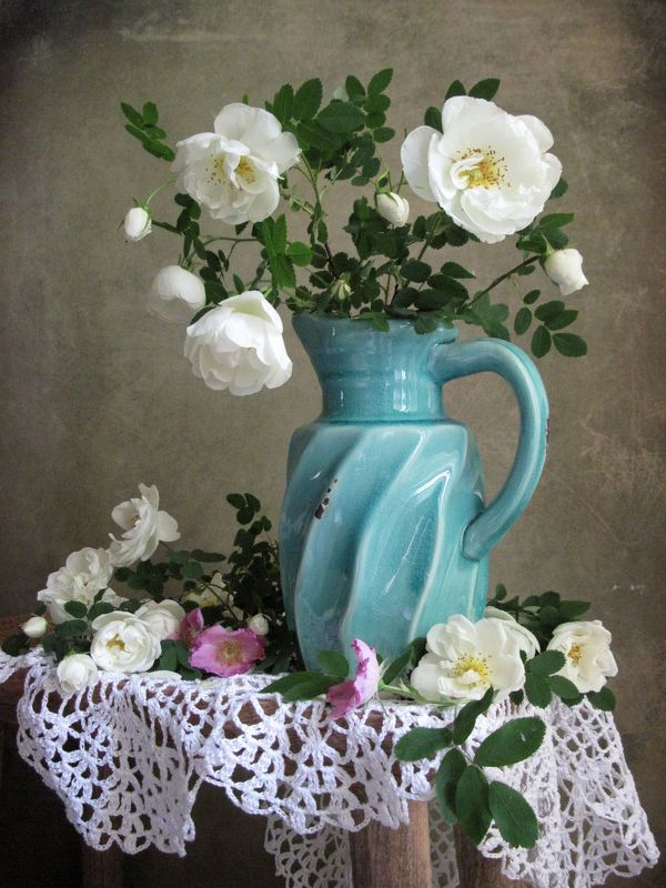 цветы, букет, розы, кувшин, салфетка С белыми розочкамиphoto preview