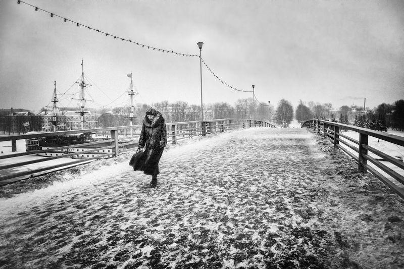 город, зима, метель, холод, ветер, прохожая, мост Непогода...photo preview