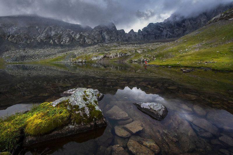 Горы  пейзаж  озеро  туман  вода  камни  скалы  трава  прозрачность  отражение Озеро Безмолвияphoto preview