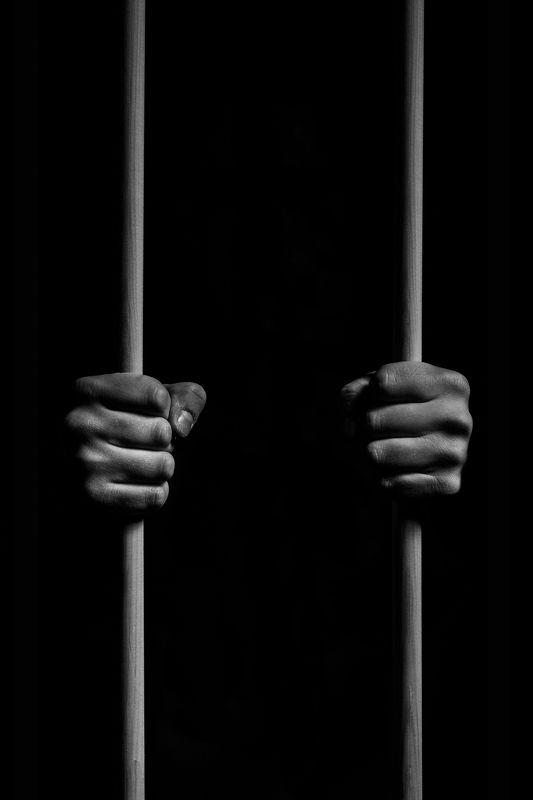 руки тьма узник темнота мрак черно-белое плен Взапертиphoto preview